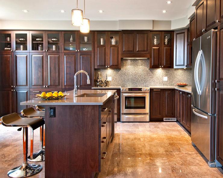 Кухня в цветах: серый, светло-серый, темно-коричневый, коричневый. Кухня в стиле неоклассика.