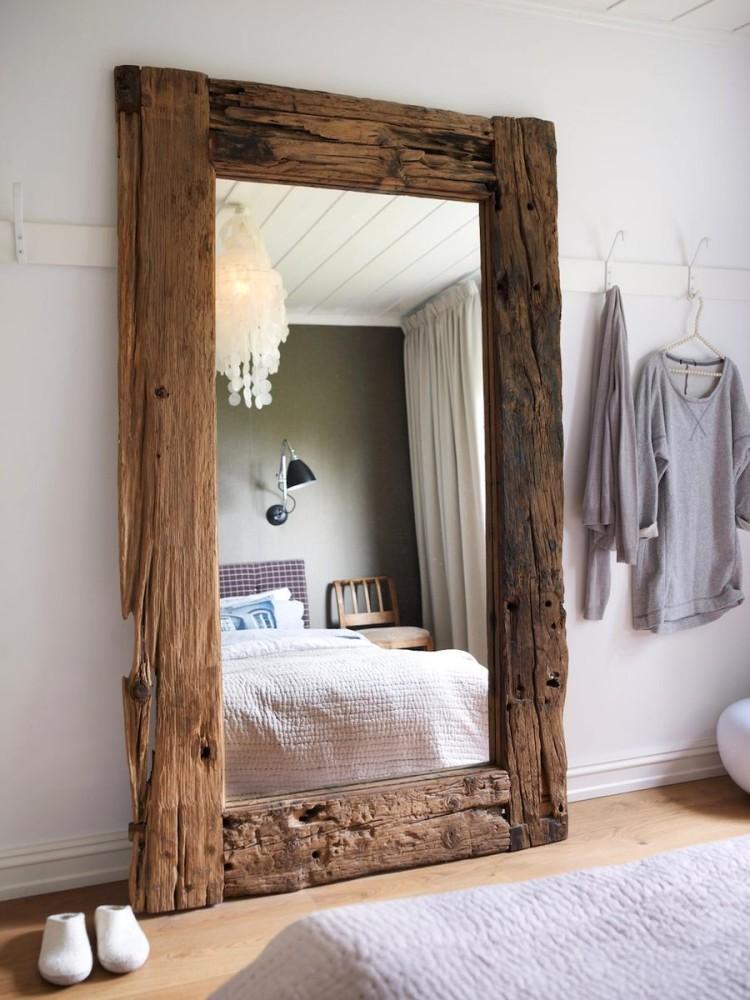 Зеркало с декором из дерева