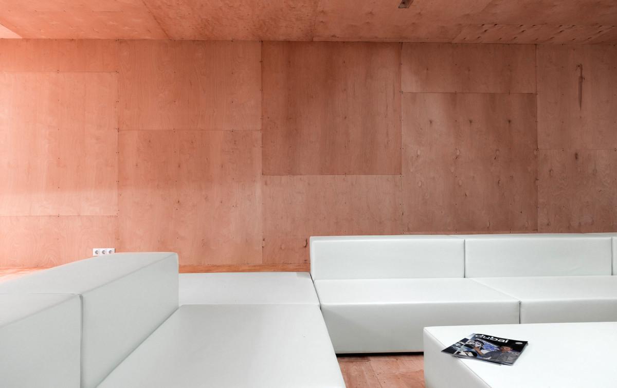 Гостиная, холл в цветах: оранжевый, белый, коричневый, бежевый. Гостиная, холл в стилях: минимализм, экологический стиль.