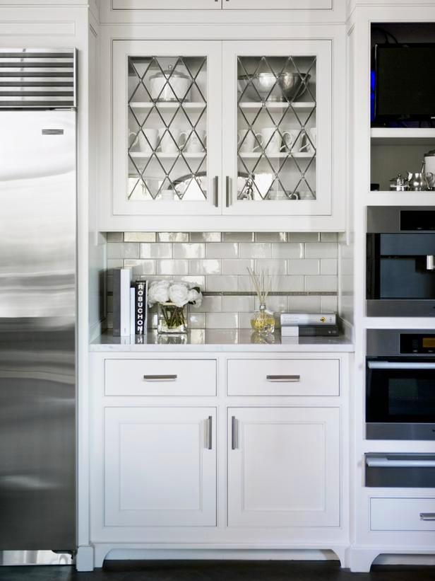 Кухня в цветах: светло-серый, белый. Кухня в стиле минимализм.