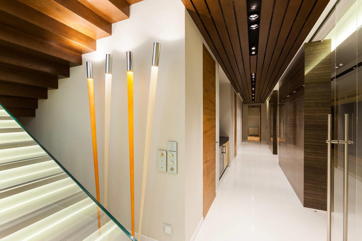 Лестница в цветах: серый, светло-серый, белый, коричневый, бежевый. Лестница в стиле минимализм.
