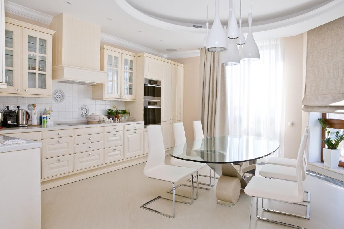 Кухня в цветах: серый, светло-серый, бежевый. Кухня в стиле классика.