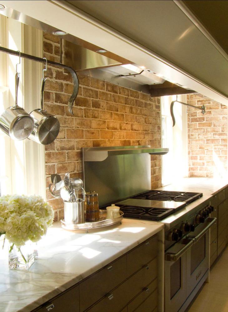 Кухня в цветах: белый, коричневый, бежевый. Кухня в стиле лофт.