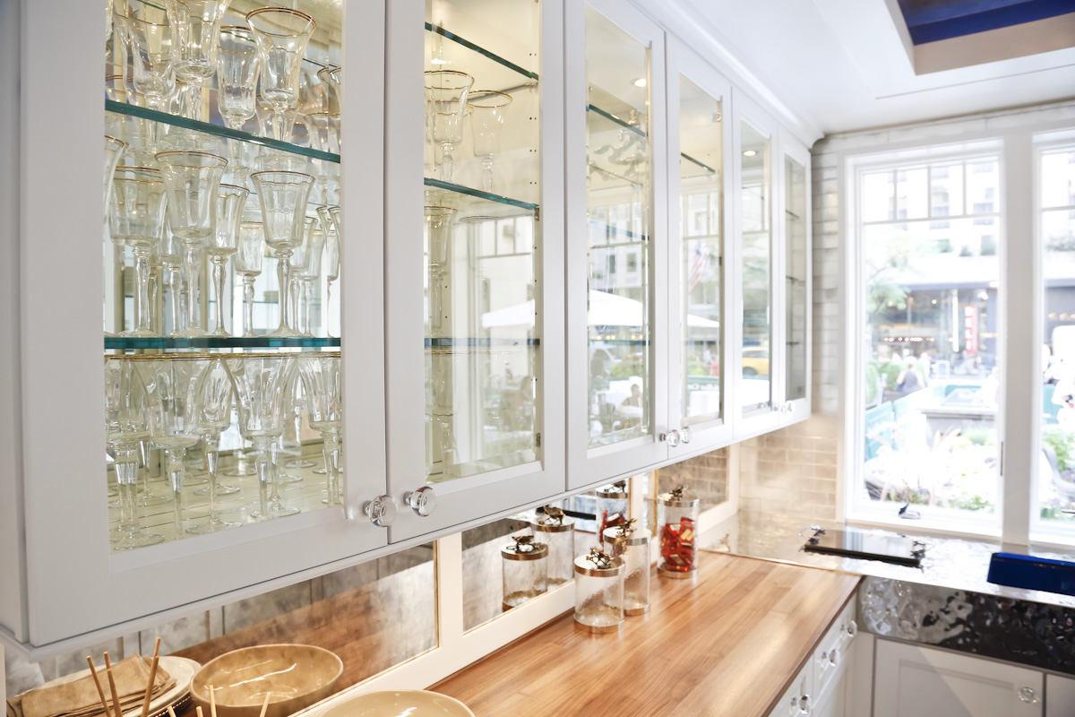 Кухня в цветах: светло-серый, белый, бежевый. Кухня в стиле американский стиль.