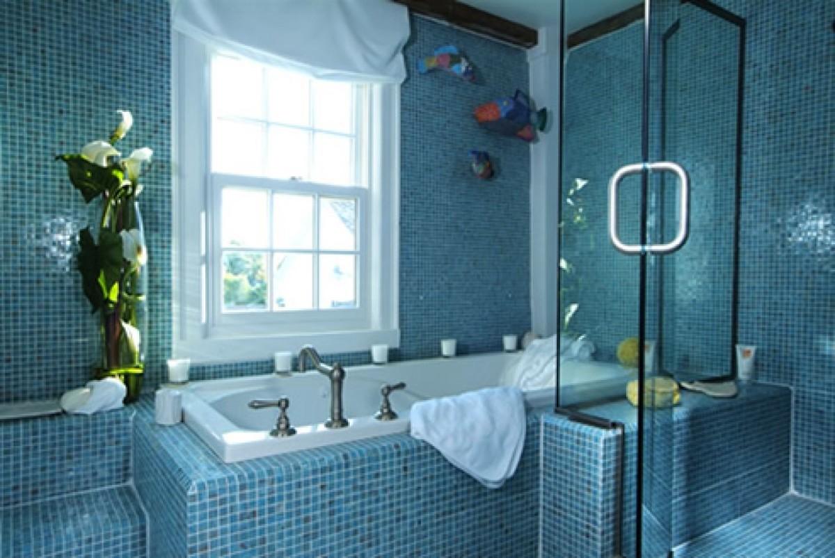 Дизайн ванны в синем цвете